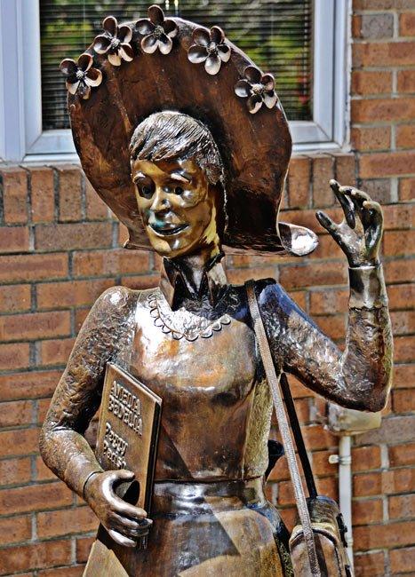 Amelia Bedelia Statue